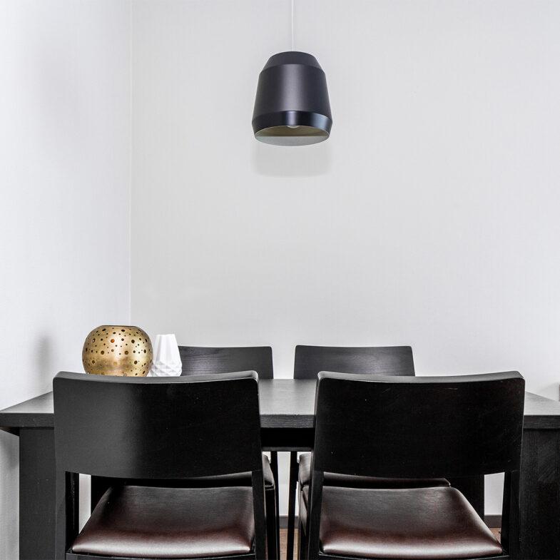 Matbord och stolar i hotellrum