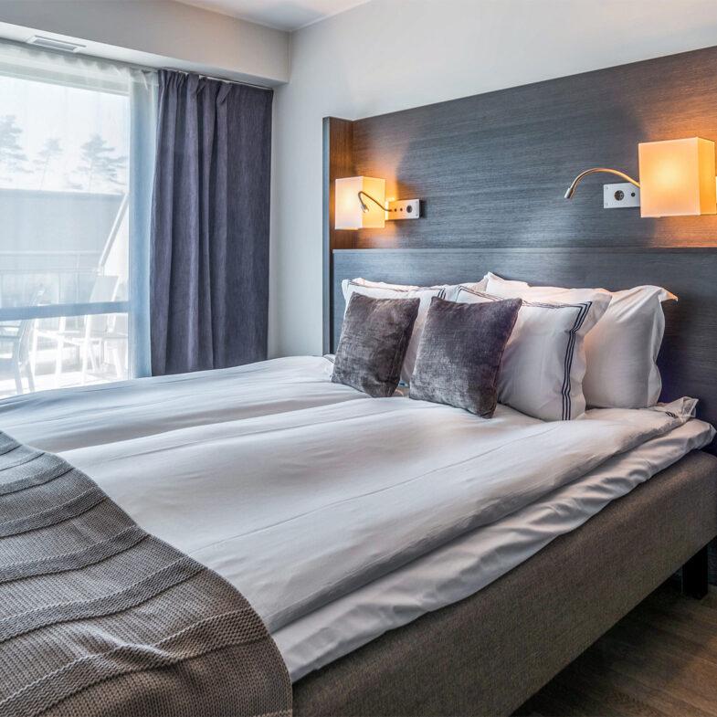 Sovrum med bäddad säng i hotellrum