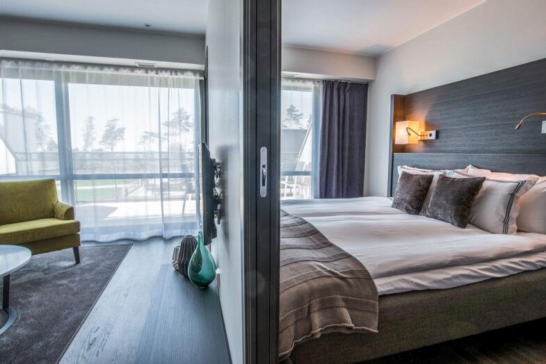 Hotellrum med sovrum och vardagsrum
