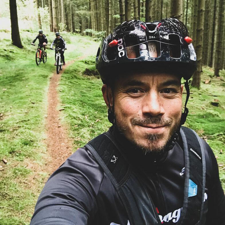 Ridge-cyklister på skogsväg