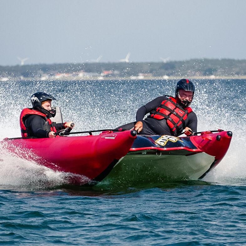 Motorbåt i snabb fart på havet