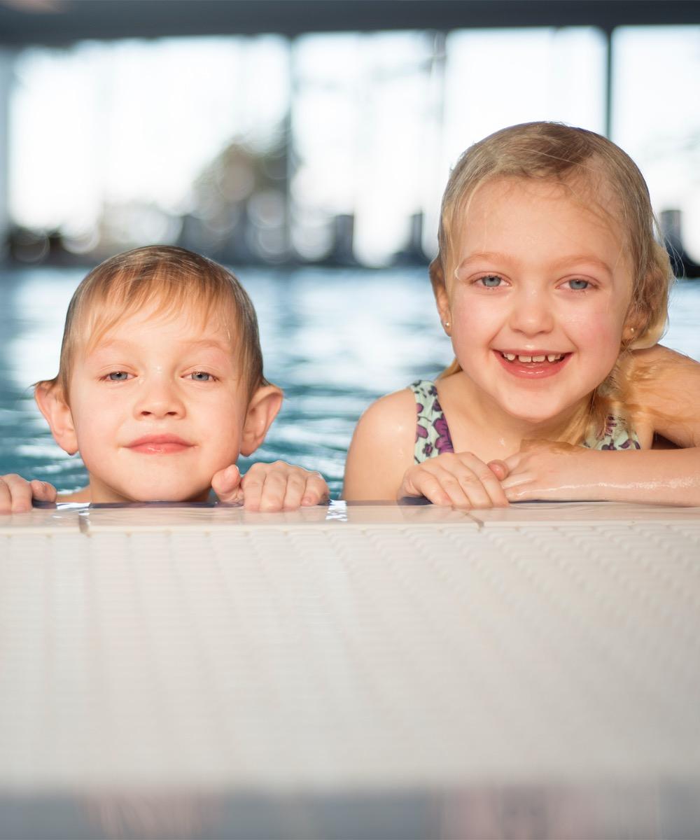 Barn i inomhuspoolen på Hotel Riviera Strand