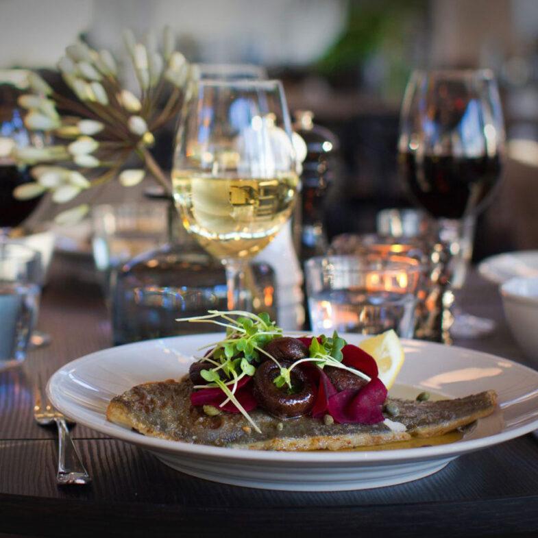 Maträtt på bord i restaurang
