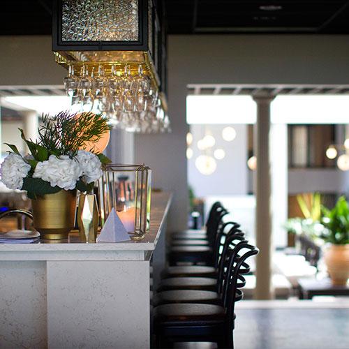 Bardisk med blommor och glas