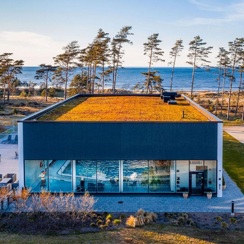 Poolhus med utsikt över strand och hav