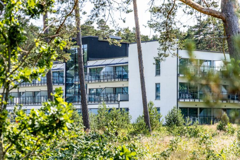 Hotellbyggnad med vy från skog