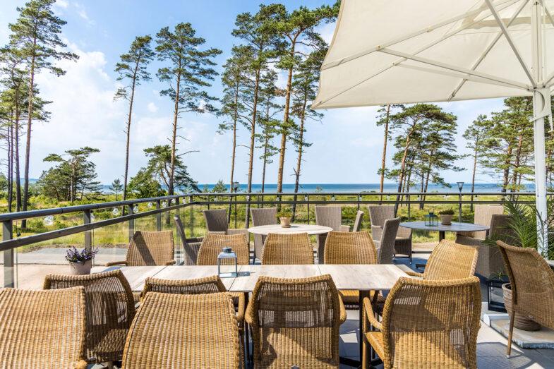 Uteservering Restaurang Rivera med utsikt över hav och strand