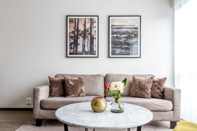 Soffa och marmorbord i hotellrum