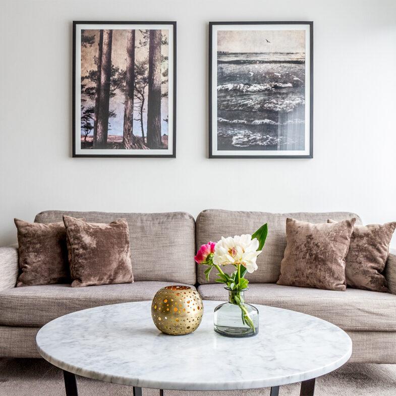Vardagsrum i hotellrum med soffa och marmorbord