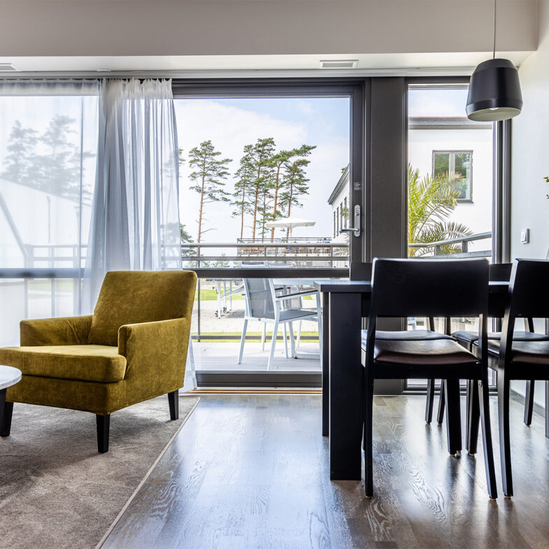 Hotellrum med utsikt över innergård