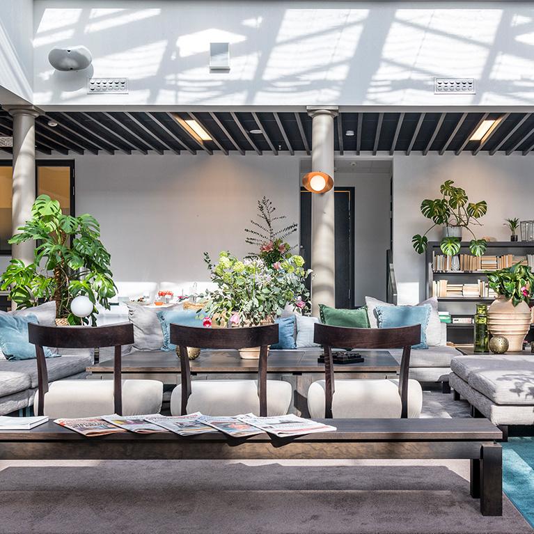 Lounge inredd med art deco och färgglada blomsterarrangemang