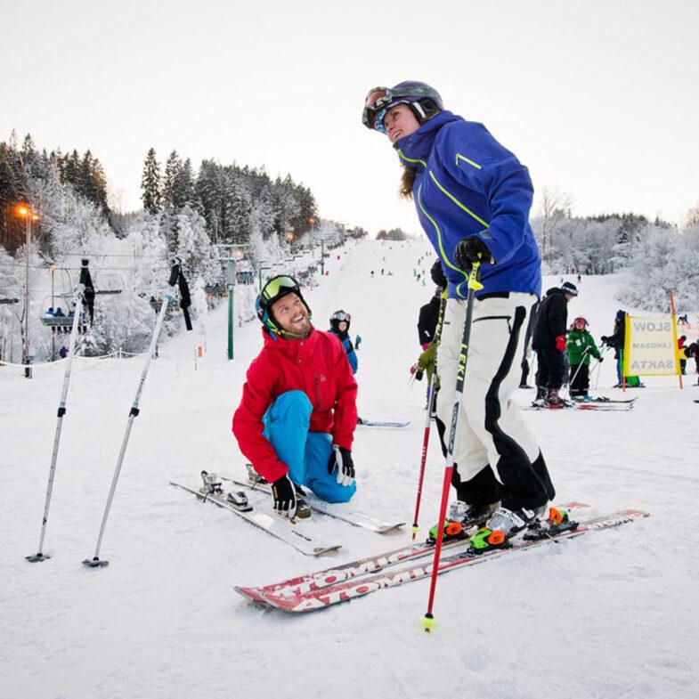Par med skidor på Vallåsen.