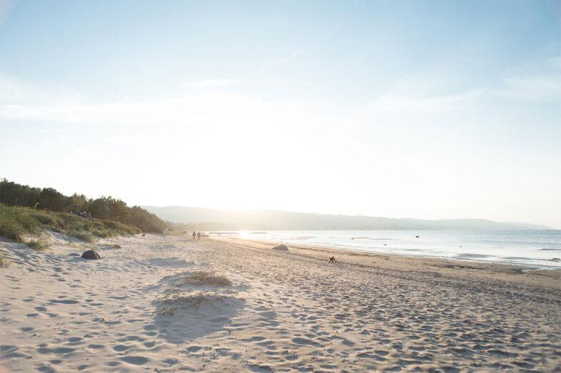 Den långa sandstranden utanför Hotel Riviera Strand.