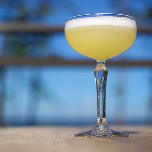 Cocktail i glas på fot
