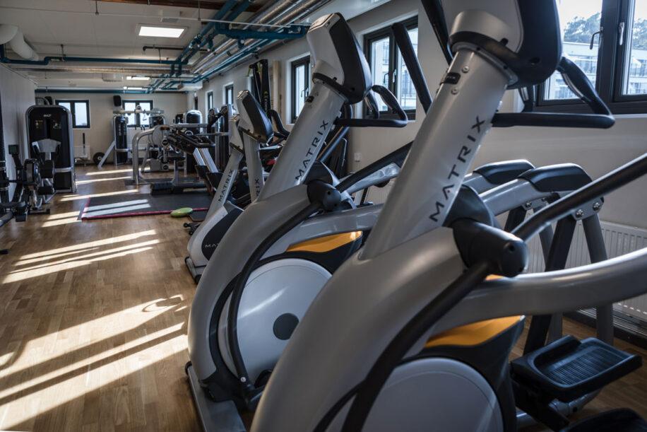 Moderna gymmaskiner på Riviera Strand i Båstad