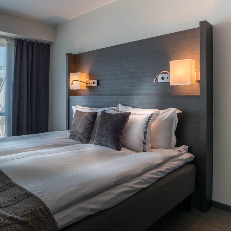 Stor dubbelsäng i svit på Hotel Riviera Strand.